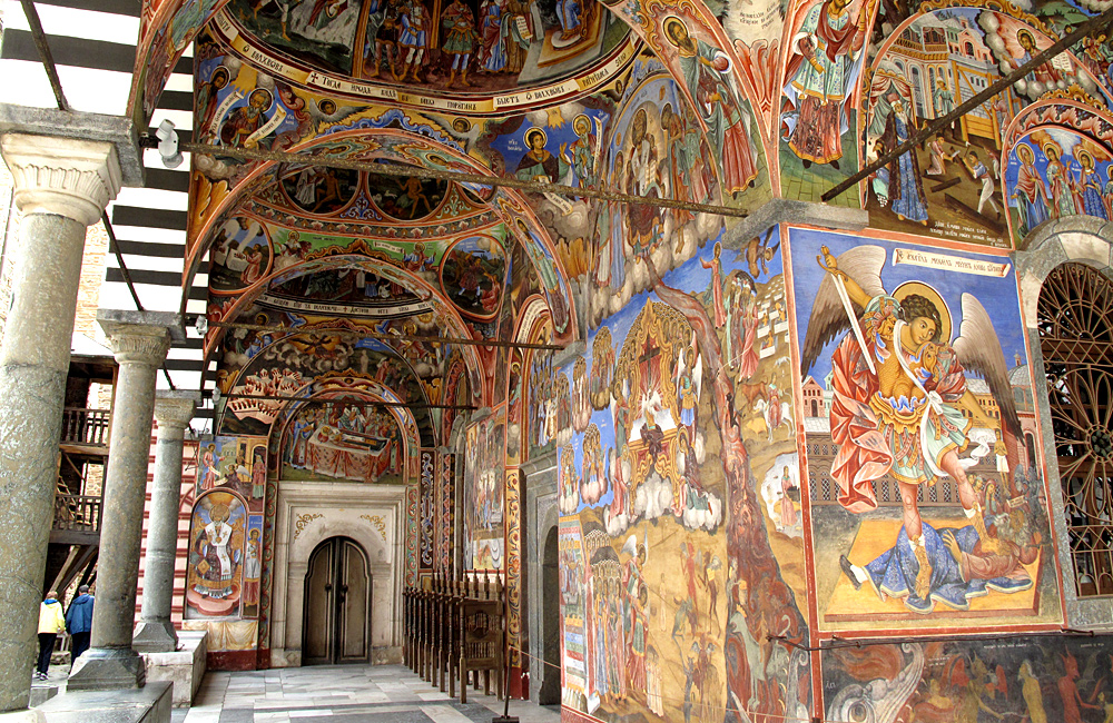 viajes a pie y caminatas y trekking montañas de rila los siete lagos y el monasterio de rila en bulgaria